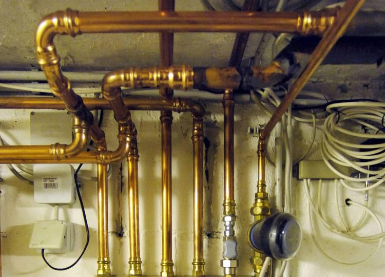 Auch heute noch sind viele Rohrleitungen im Bestandsbau nicht oder nur unzureichend gedämmt.
