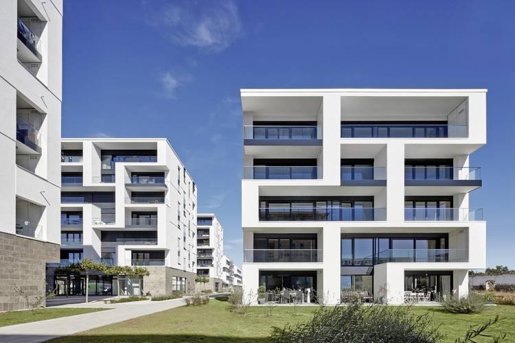 Auf diesen Balkonen ist genügend Platz für Wohnraum-Lüftungsgeräte.