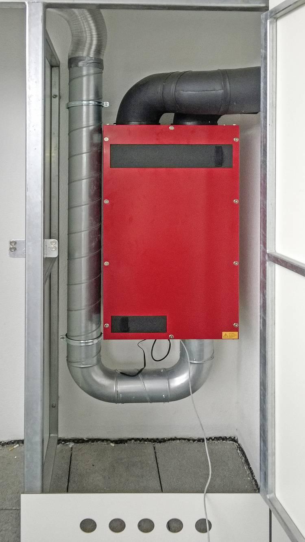 Blick auf das Wohnungslüftungsgerät im Installationsschrank mit Frischluftansaugung aus dem Schrank.