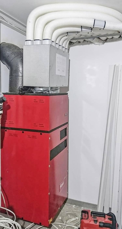 Wohnungslüftungsgerät für die Inneninstallation mit aufgesetzter Schalldämmbox und Luftverteiler.