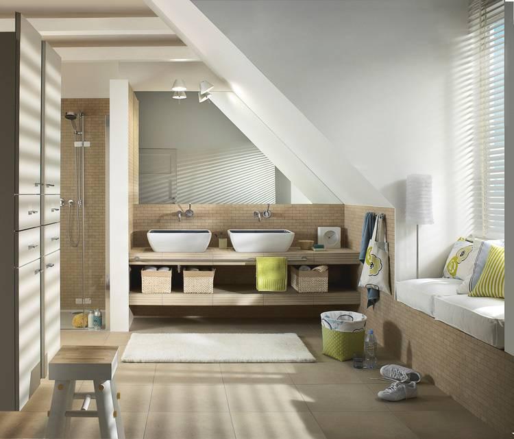 Gut Bei Waschplätzen Unter Dachschrägen Muss Man Auf Die Position Des Spiegels  Und Genügend Kopfhöhe Achten.