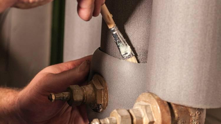 Nicht nur die Rohrleitungen, auch Armaturen und Rohrschellen müssen nach EnEV gedämmt werden.