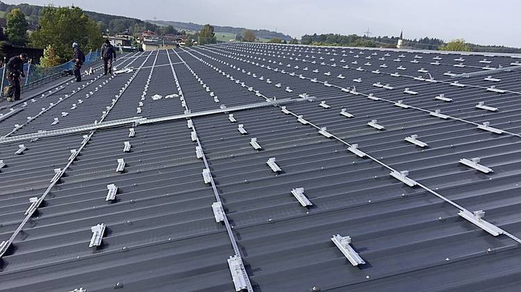 So lassen sich solarstromanlagen auf trapezd chern for Klimaanlage dachmontage