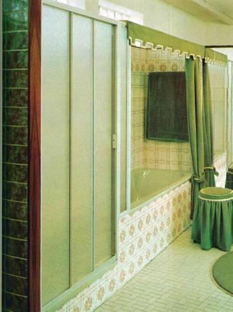 Das Grüne Ensemble Hier (Concept Duschabtrennungen) Erinnert Ein Bisschen  An Das Badezimmer Im Film